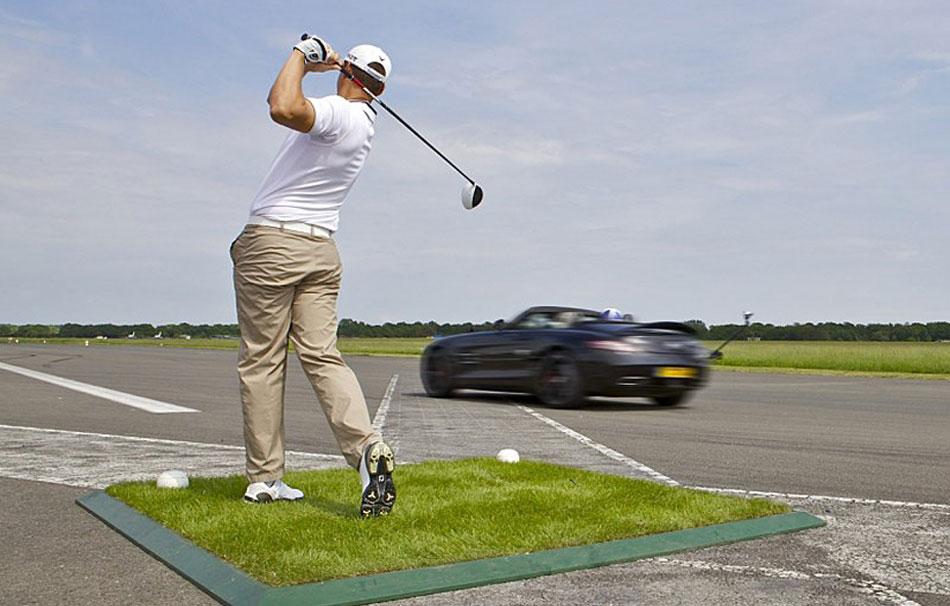 golfista tira contro auto