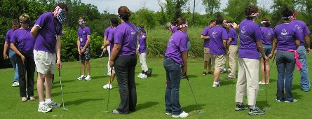 gruppo gioca a golf